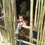 Kleren uitdelen bij de Mangyans | stichting Sparrow