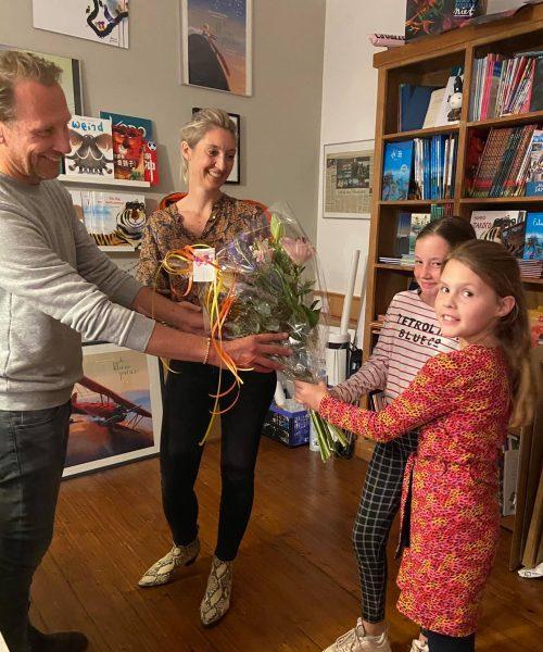 Nederlandse Jeugd Ambassadeur Isa neemt bloemen in ontvangst