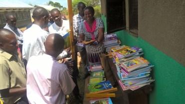 Overhandiging lesmateriaal Buswale lagere school