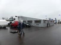 Sedan Solbergs, tältet utdraget från lastbilen. Lagom påkostat ...