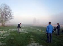 Sten-Inge rakt in i dimman på hål 1.