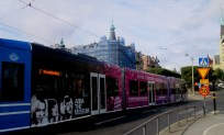 Reklamfylld färggrann spårvagn vid Djurgårdsbron