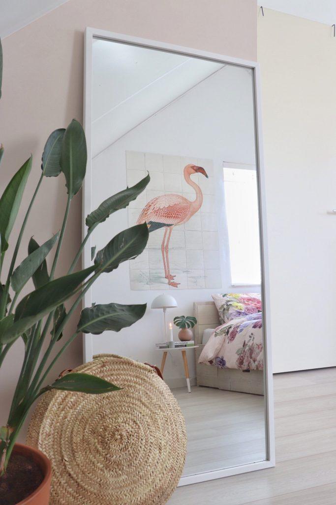 Doorkijkje in de slaapkamer door de spiegel
