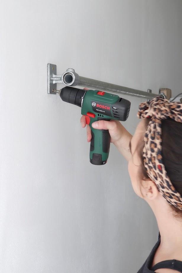 Met de Bosch boormachine de diy kledingrek vast maken