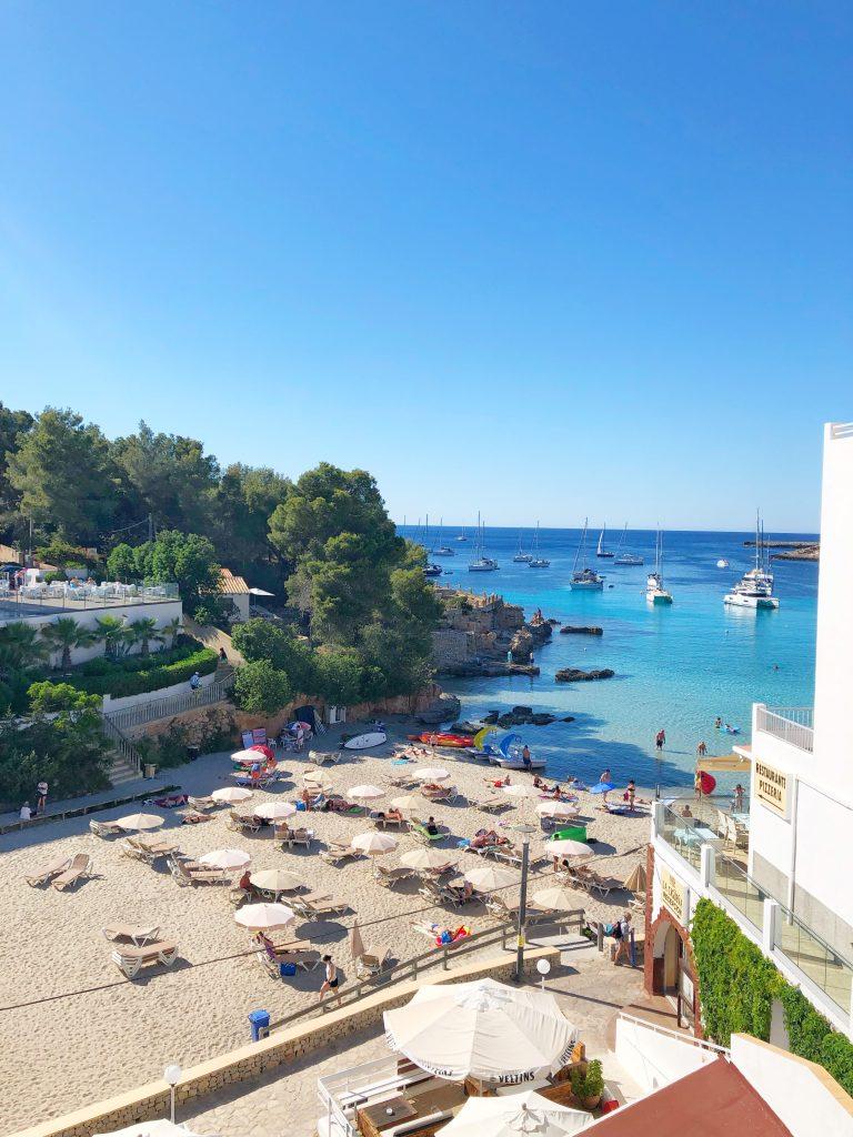 Uitzicht vanaf Es Puet blanc in Portinatx, Ibiza.