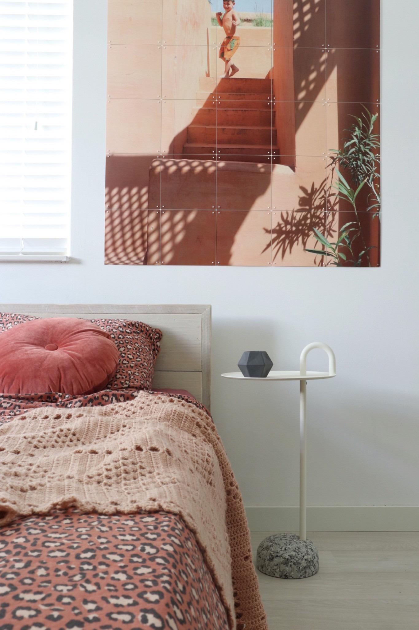 de Bowler bijzettafel van het Scandinavische merk Hay in de slaapkamer bij het bed.
