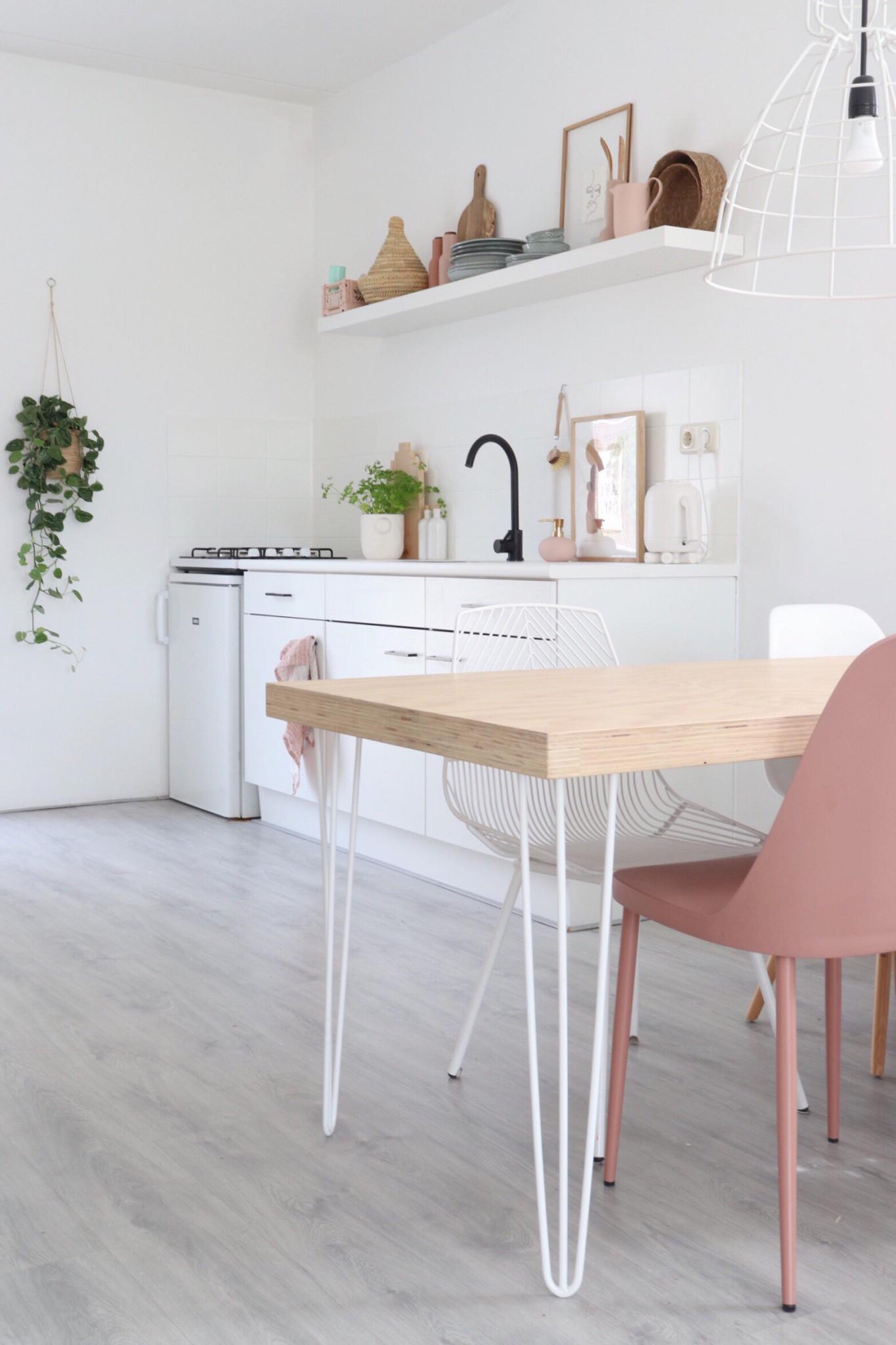 eettafel vlakbij een witte keuken