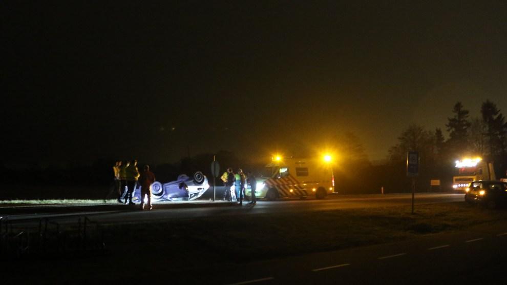 Auto op de kop na ongeluk op Reggesingel in Rijssen