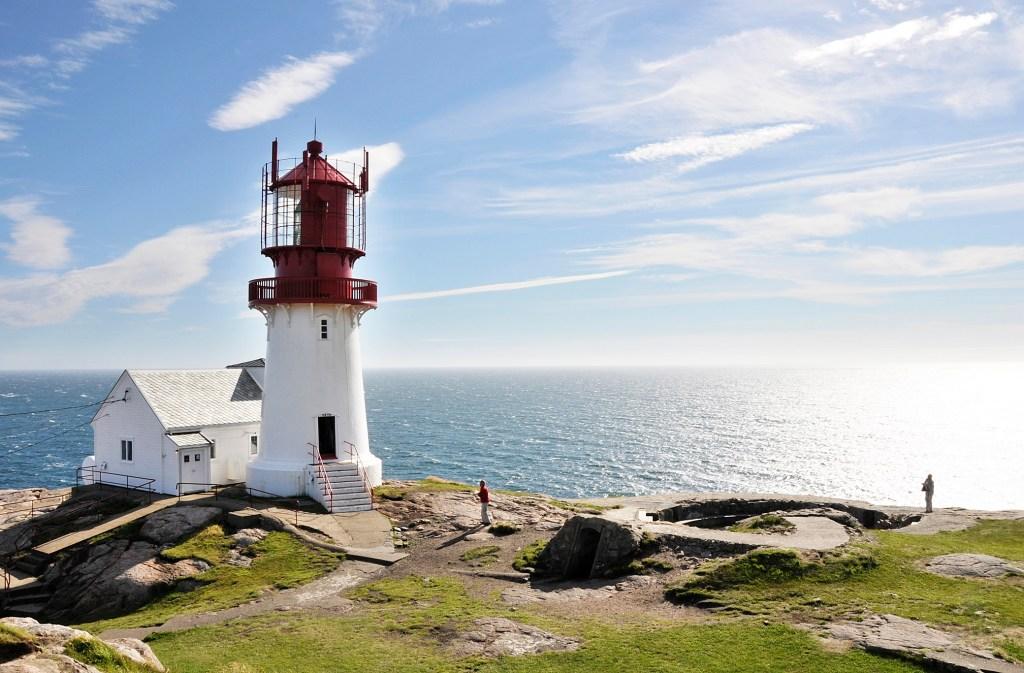 Lindesnes fyr med herlig utsikt over havet. Norges sørligste punkt.