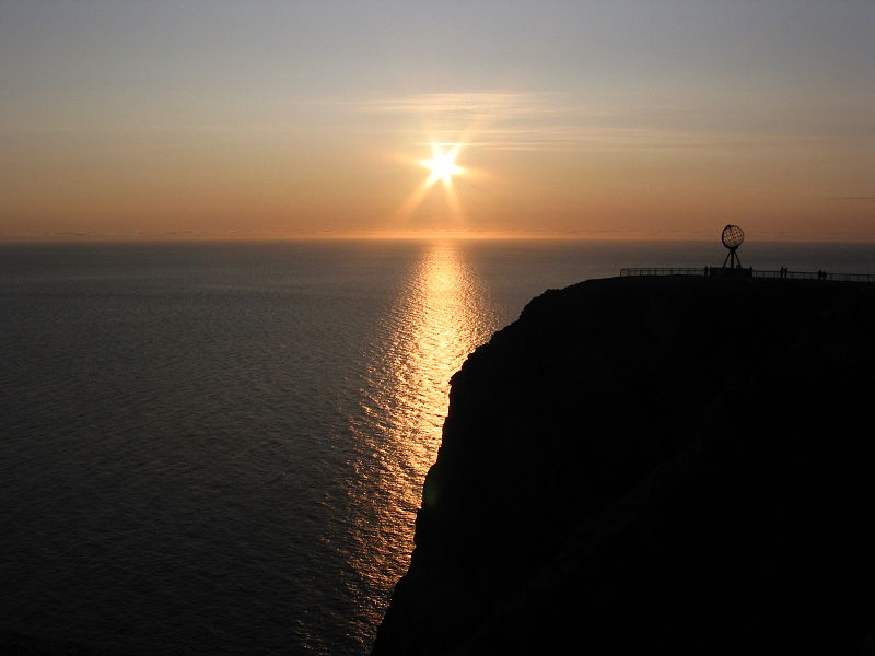 Midnattssol på Nordkapp der du ser Nordkapplatået og utover havet mot nord.