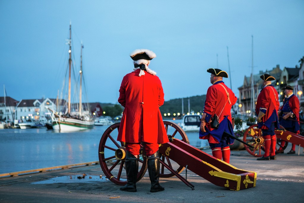 Menn i gamle uniformer bemanner gamle kanoner. Det er de årlige Kaperdagene i sørlandbyen Farsund.