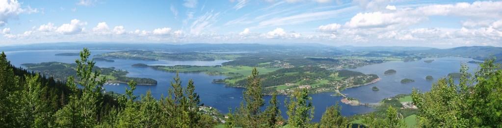 Flott panoramabilde som viser utsikt over Tyrifjorden og Steinsfjorden i Hole kommune. Tatt fra Kongens Utsikt.