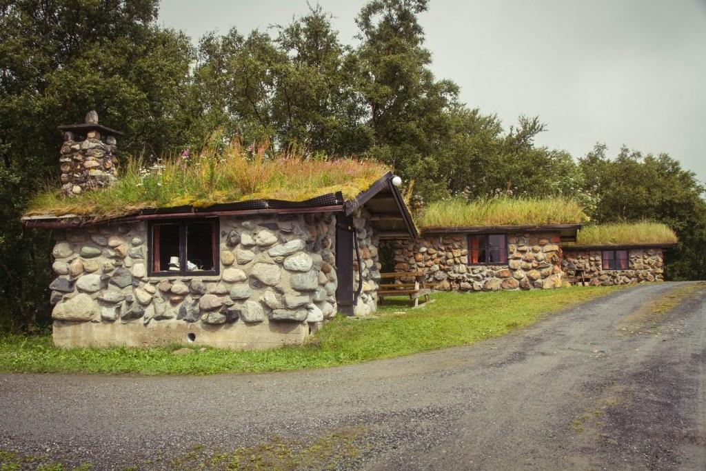 Tre steinhytter med grasstak for utleie og overnatting på Leka.