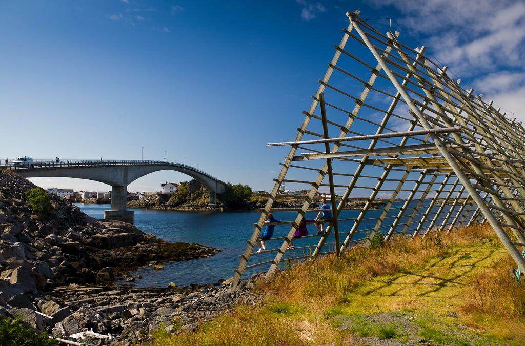 Gjel for tørrfisk med hav og bro i bakgrunnen.