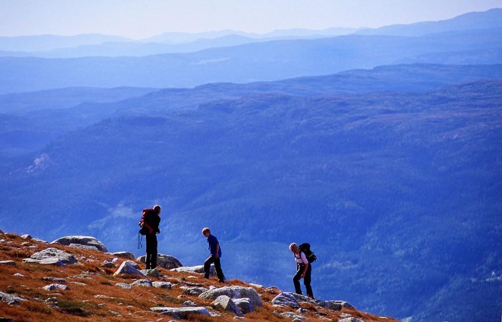 Tre personer på vei i høyfjellet på Norefjell. På vei til Høgevard.