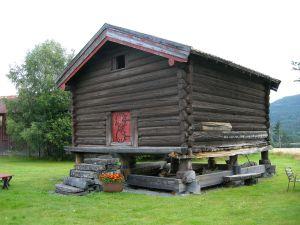 Gammelt stabbur som heter Alfstadloftet.
