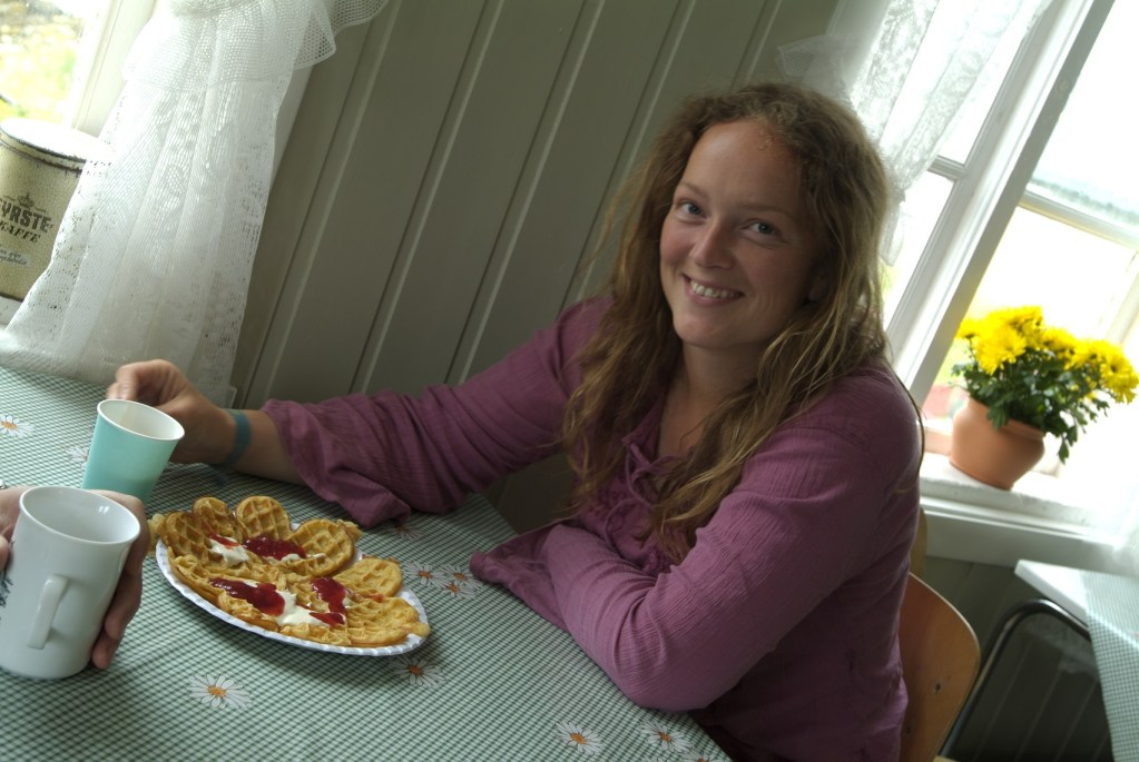 Jente spiser vafler på kafe i Hamningberg.