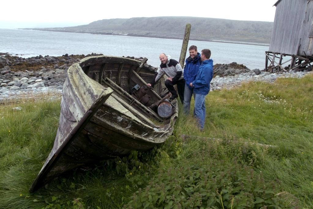 Tre menn og et gammelt båtvrak i Hamningberg