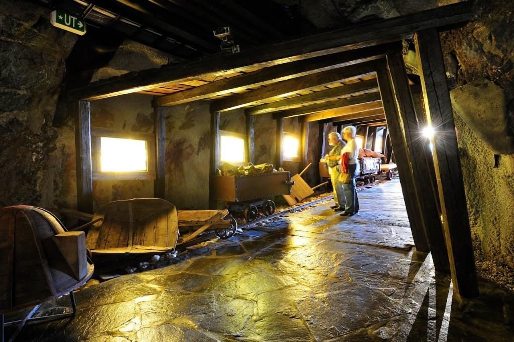 Bildet viser en av utstillingshallene på Mineralparken i Evje.