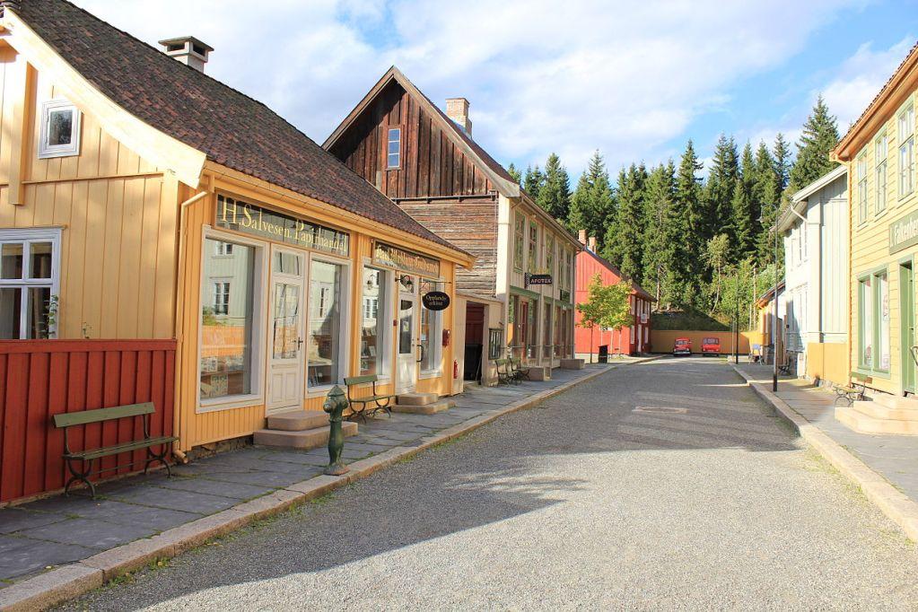 Bygate på Maihaugen fra 1900-tallet med butikker og bolighus.