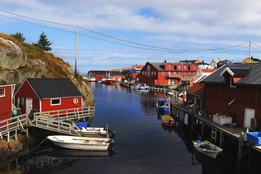 Idylliske Mausundvær på Frøya med rorbuer, småbåter og brygger.