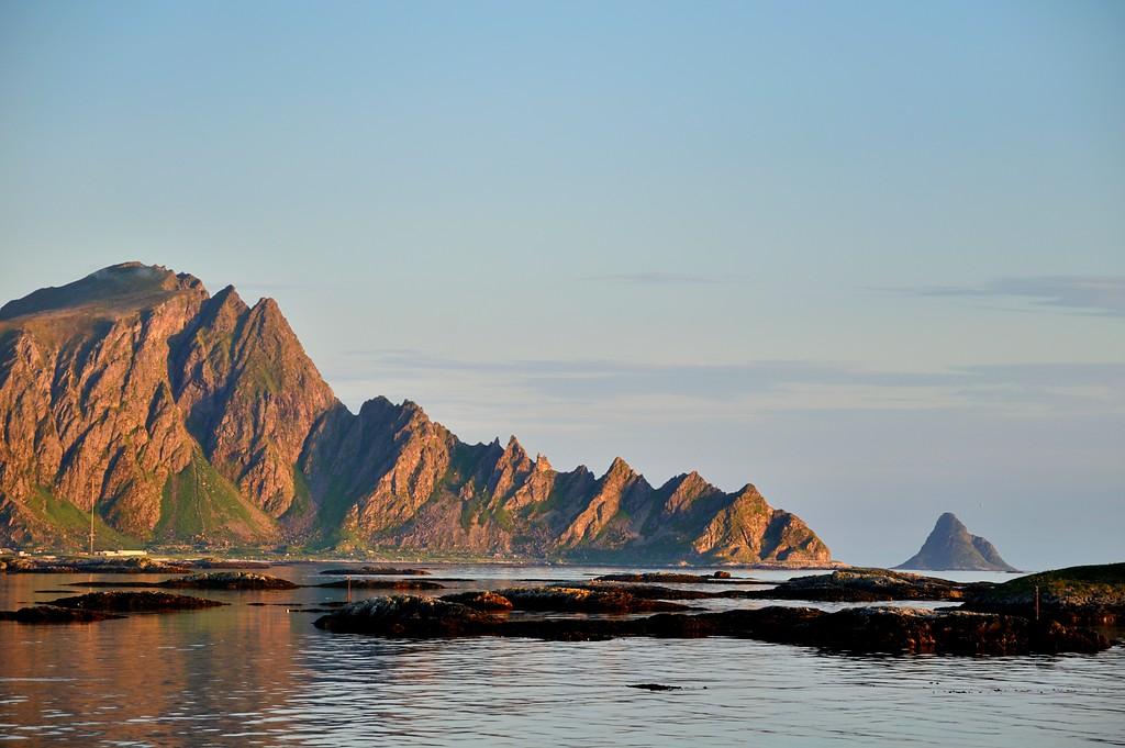 Oksebåsen nord på Andøya, sett fra Andenes. Nasjonal turistveg Andøya har nordligste ytterpunkt på Andenes