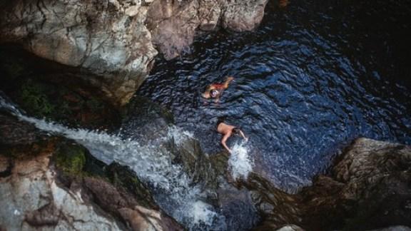To gutter bader i et gjel i en elv i Korpreiret, Løten kommune.