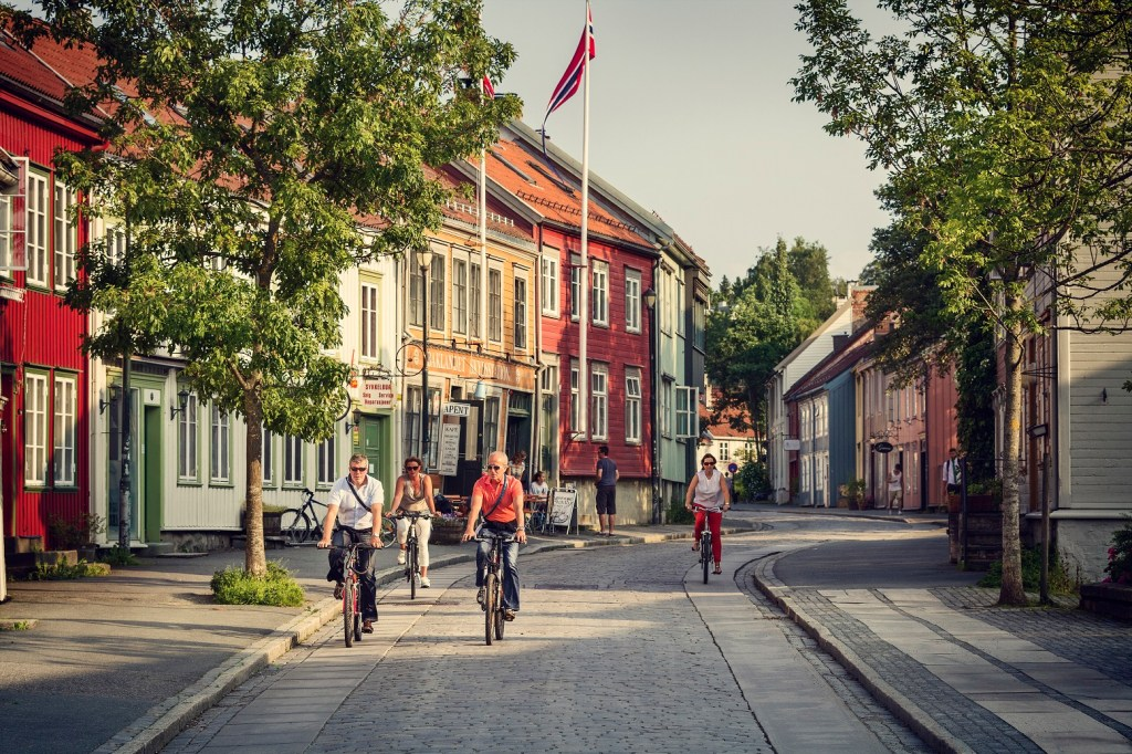 Syklister på vei på Bakklandet, Trondheims eldste bydel.