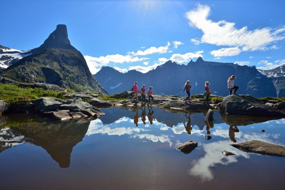 familie med barn på tur i Romsdalen