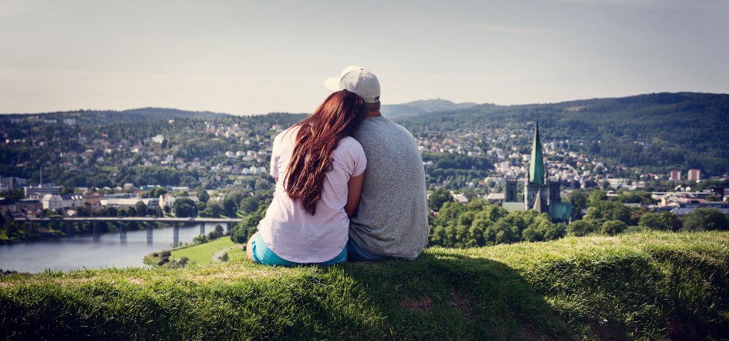 Ungt par i Trondheim utsikt