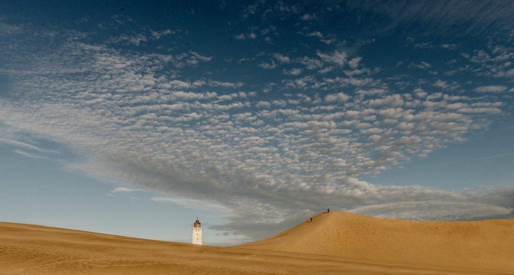 Fyrtårn Løkken Danmark sanddyner med folk