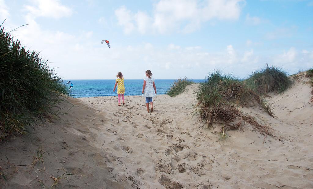 To jenter på strand på Jæren