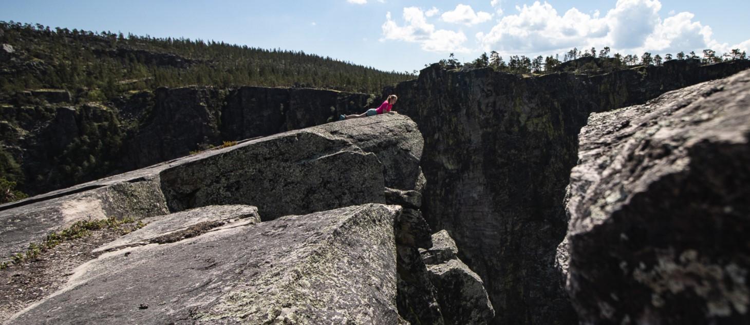 Dame ligger på klippe i Alvdal