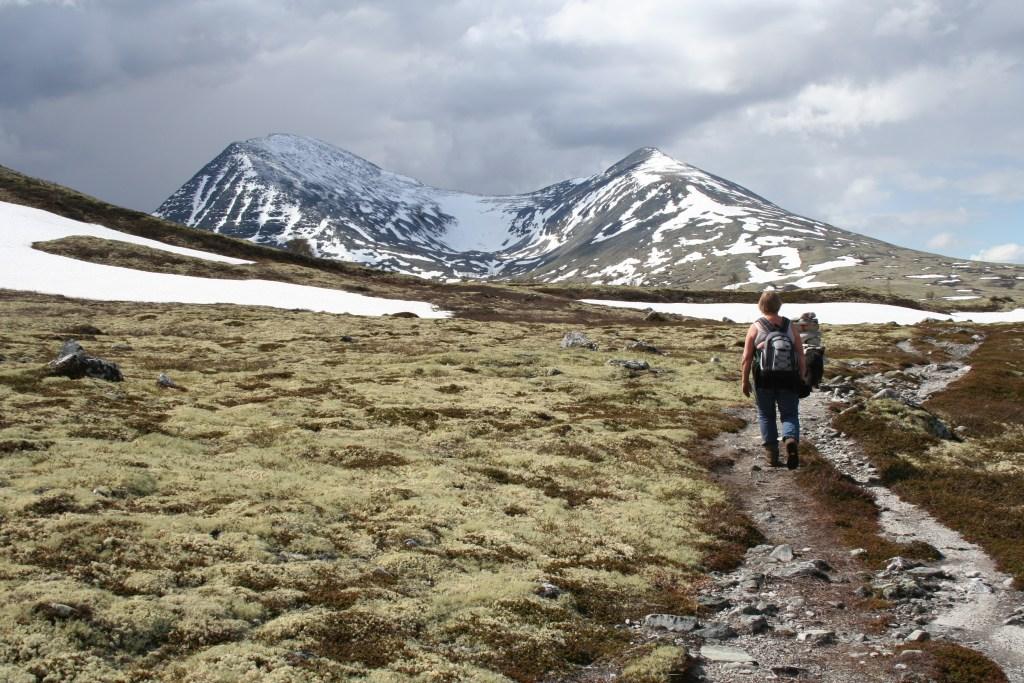 Dame med sekk i fjellet Alvdal