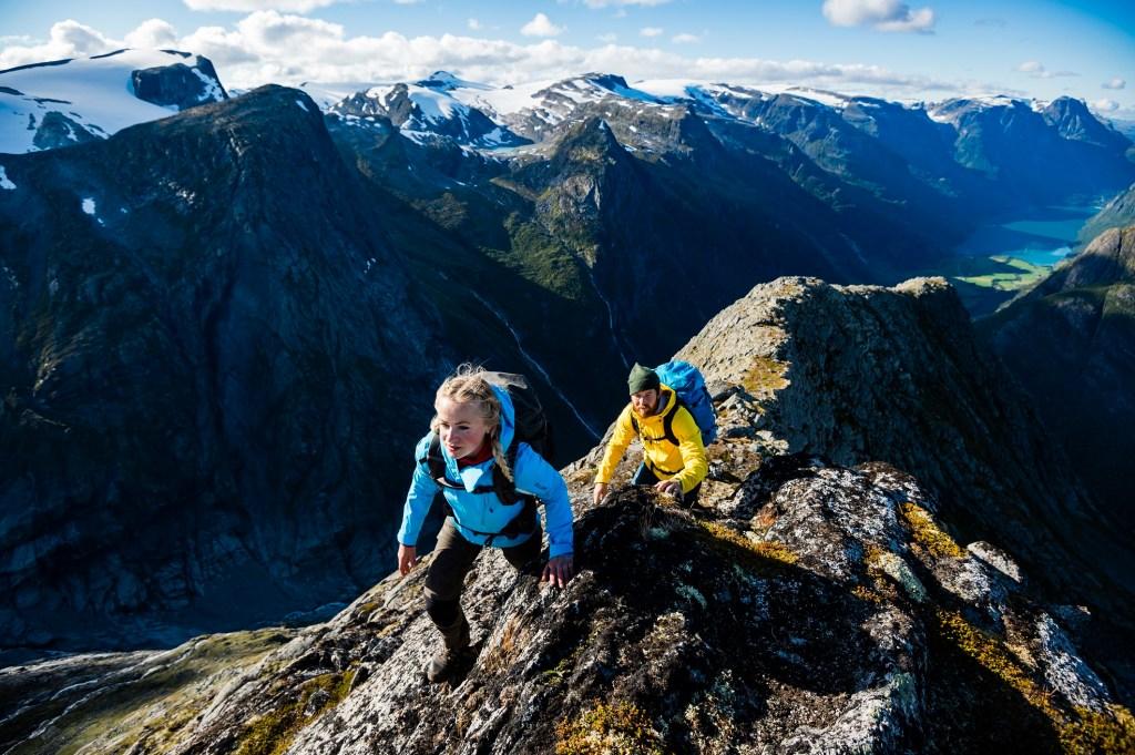 To personer klatrer opp på Kattanakken i Nordfjord