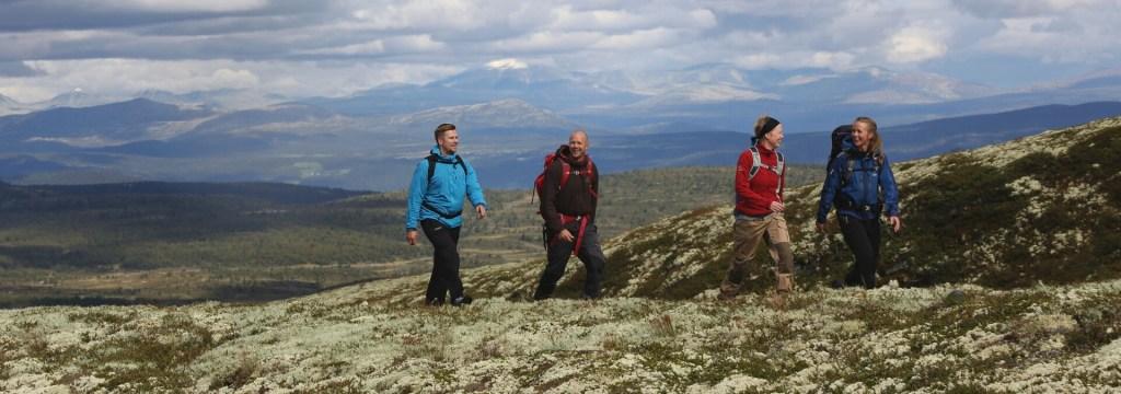 På vandring med sekk i fjellet Skei