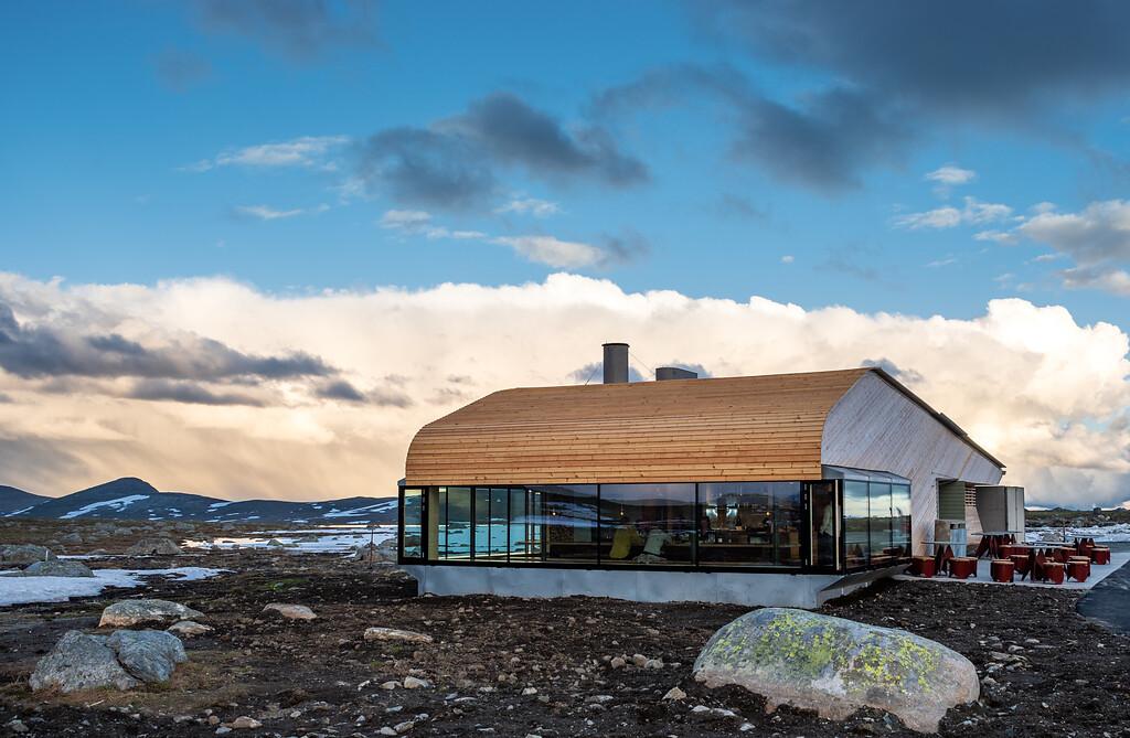 Det nybygde anlegget på toppen av Valdresflye, Flye 1389, og litt av området rundt. Bildet er tatt 1. juli 2020. Arkitekt: Knut Hjeltnes arkitekter. Foto: Silja Lena Løken