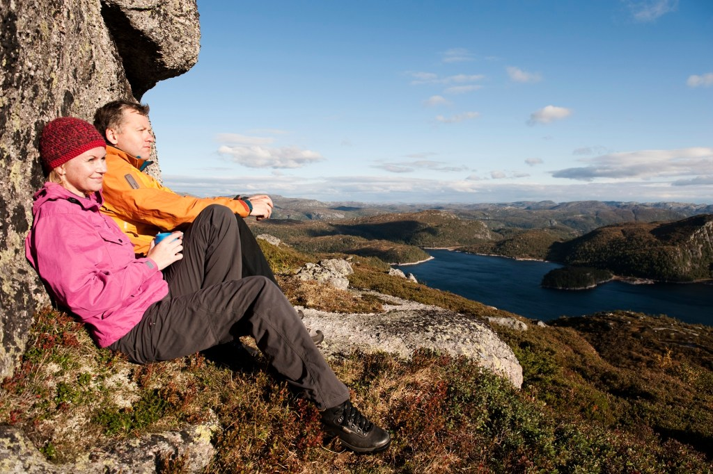 Mann og kvinne på Hilleknuten i Sirdal nydelig utsikt