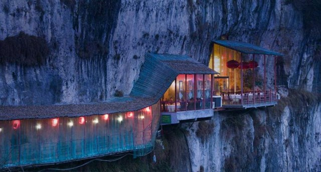 Viseći restoran u Kini / Hanging Restaurant near Sanyou Cave above the Chang Jiang river, Hubei , China