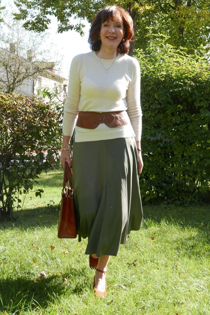 Die schönsten Styles für einen grünen Midirock-beigefarbener Pulli