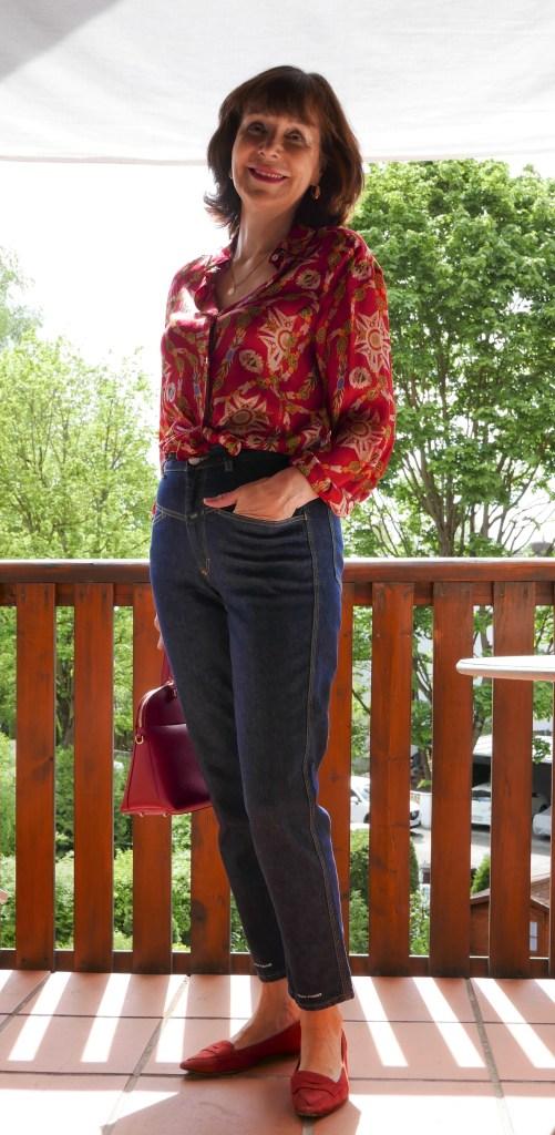 rote seidenbluse mit jeans