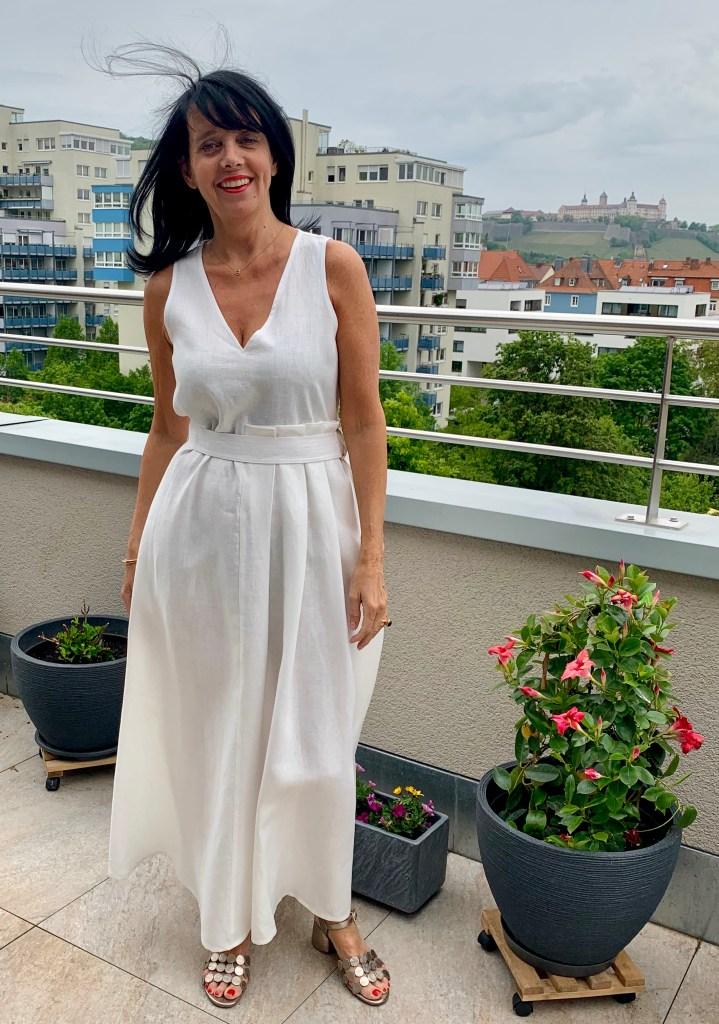 Claudia im weißen Leinenkleid