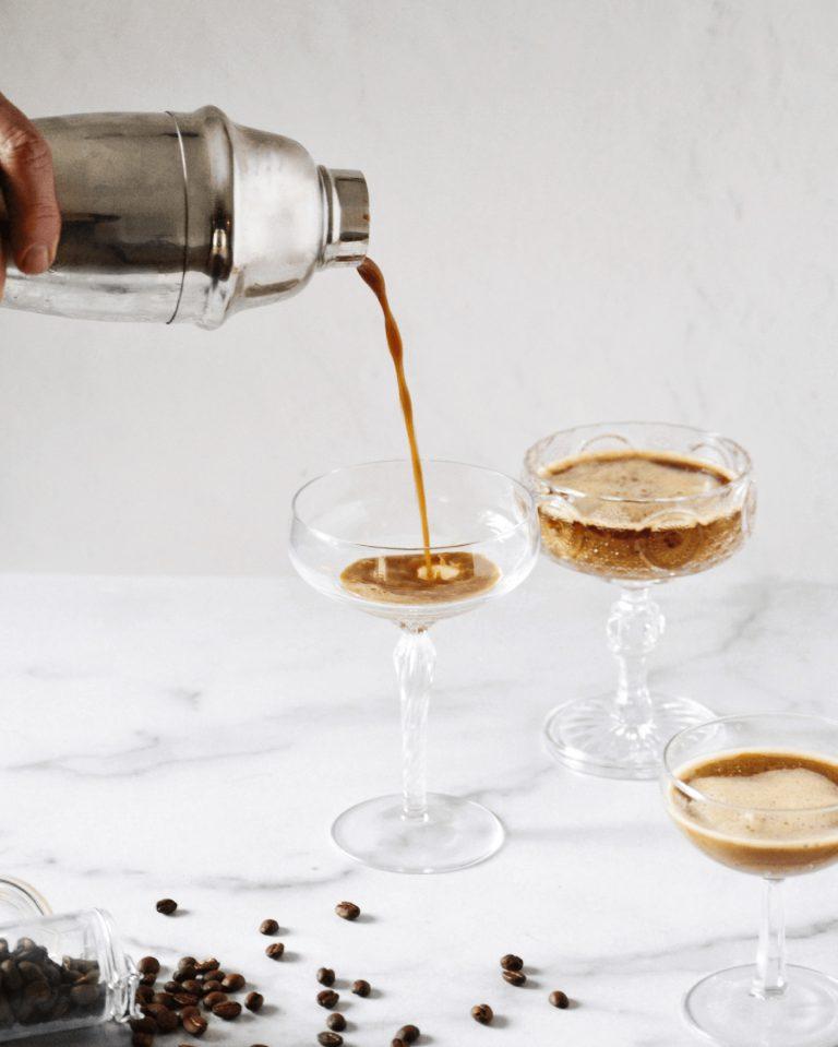 Ben jij Team Espresso Martini? Waarom de cocktail uit de jaren 90 de meest verdeeldheid zaaiende drank van de zomer is  Plus, onze top 5 favoriete recepten. Het bericht Ben jij Team Espresso Martini? Waarom de cocktail uit de jaren 90 de meest verdeeldheid zaaiende drank van de zomer is, verscheen voor het eerst op Camille Styles .