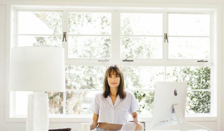 """Catt Sadler deelt haar feelgood-ochtend- en huidverzorgingsroutine – plus """"'s werelds meest gecompliceerde smoothie"""""""