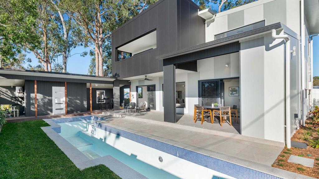 """Gebouwontwerper Mike Rosch creëert het nieuwe, gezonde huis van Brisbane  13 Plumeria Sluiten, Kenmore. Na twee jaar in de maak te zijn, is Brisbane's nieuwe, miljoenen dollars kostende gezonde huis op de markt gekomen. Het pand op 13 Plumeria Close, Kenmore heeft vijf slaapkamers en vijf badkamers, op een blok van 772 m². MEER QLD REAL ESTATE NIEUWS: Terugkeer van investeerders na een hiaat na Covid Hete markt trekt kopers aan Meerdere aanbiedingen voor een huisje met een gezicht waar alleen een verbouwer van kan houden  13 Plumeria Close, Kenmore is op de markt gekomen met een prijskaartje van meerdere miljoenen dollars.  De sjiek uitziende badkamer.  Er is voldoende ruimte om vrienden en familie te vermaken. Mike Rosch, van Elegant Properties, creëerde het meesterwerk van Queensland en merkte op dat soortgelijke ontwerpen in Sydney waren gebouwd. """"Bondor heeft alle geïsoleerde dak- en wandpanelen geleverd die door het hele huis worden gebruikt – deze zijn sneller te installeren dan conventionele dakbedekkingssystemen en bieden optimale thermische en bouwefficiëntie"""", zei hij. """"Isolatie is belangrijk in een huis, het houdt het koel in de zomer, warm in de winter en belangrijk voor de brandveiligheid. """"Dit is het eerste huis van Elegant Properties en Sectant dat in Queensland is gebouwd en dat rekening houdt met het barre weer en de vochtigheid en tegelijkertijd bespaart op energie- en bedrijfskosten.""""  De zwevende Balinese trap."""