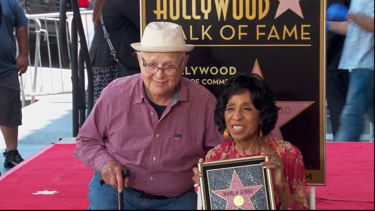Marla Gibbs ontvangt haar ster op de Hollywood Walk of Fame, valt bijna flauw in de hitte van Californië