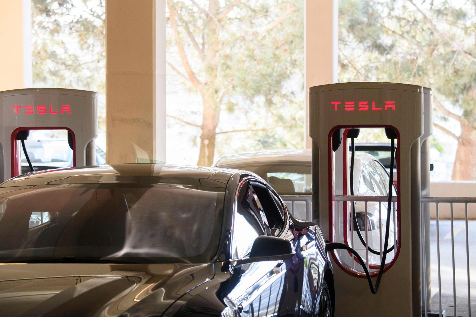 Tesla zet 3 EV-oplaadpunten op in S'pore's Orchard, om de komende maanden meer punten toe te voegen