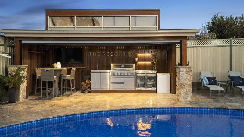 Het Rowville-huis beschikt over een amusementsruimte in de buitenlucht genaamd 'The Resort'