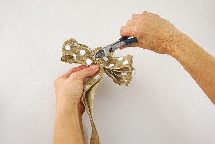 how to tie a bow out of ribbon