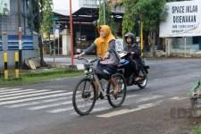 Kebanyakan ibu-ibu bersepeda onthel atau sepeda mini. Ada juga satu yang bersepeda MTB.